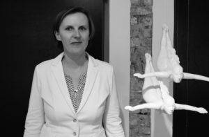 Die Künstlerin Anne Karen Hentschel mit ihren Skulpturen